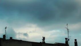 Schoorsteen op Dak en Hemel stock videobeelden