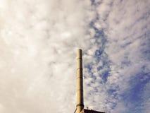 Schoorsteen op een bewolkte ochtend Stock Foto