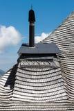 Schoorsteen op een typisch dakspaandak van Zwitserse plattelandsgebieden royalty-vrije stock foto