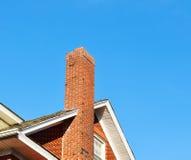 Schoorsteen op het dak stock afbeelding