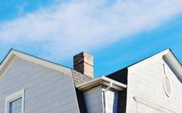 Schoorsteen op het dak stock foto's