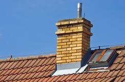 Schoorsteen op het dak van huis royalty-vrije stock afbeeldingen