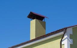 Schoorsteen op het dak in het zonlicht Close-up stock foto