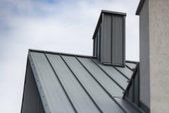 Schoorsteen op het hellende dak royalty-vrije stock afbeeldingen