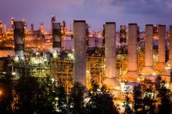 Schoorsteen in petrochemische installatie Stock Afbeeldingen