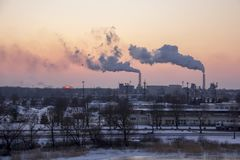 Schoorsteen rokende stapel Luchtvervuiling en klimaatveranderingthema stock afbeelding