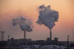 Schoorsteen rokende stapel op zonsopgang Luchtvervuiling en klimaatveranderingthema stock fotografie