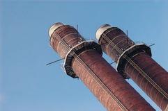 Schoorsteen-steel tegen blauwe hemel Stock Fotografie