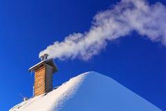 Schoorsteen van het huis bij wintertijd Royalty-vrije Stock Afbeelding