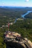 Schoorsteenrots die Rocky Broad River overzien royalty-vrije stock afbeeldingen