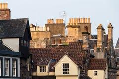 Schoorsteenstapels en daken in de Oude Stad van Edinburgh, Schotland Stock Fotografie