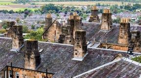 Schoorsteenstapels en daken in Stirling Old Town, Schotland Stock Foto's