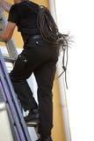 Schoorsteenveger die een trapladder beklimmen Stock Foto's