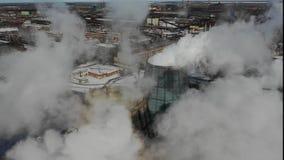 Schoorstenen bij bedrijf verontreinigende atmosfeer De winterantenne stock footage