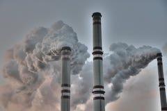 Schoorstenen die de planeet verontreinigen - het globale verwarmen Stock Afbeeldingen
