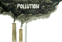 Schoorstenen die koolstof uitzenden die luchtvervuiling maken stock fotografie
