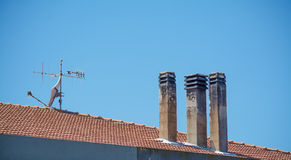 Schoorstenen en antenne Stock Foto