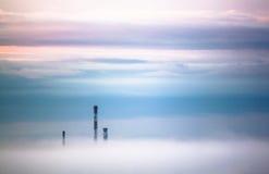 Schoorstenen in mist Stock Afbeelding