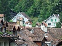Schoorstenen op de daken van woonhuizen in het centrum van Bern stock fotografie