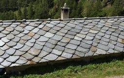 Schoorstenen op het leidak van een oud huis Noordelijk Italië Royalty-vrije Stock Foto's