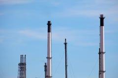 Schoorstenen van de installatie van de olieraffinaderij Royalty-vrije Stock Afbeeldingen