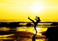 Schop die jonge vrouw op het strand in dozen doet Stock Afbeeldingen