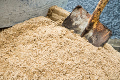 Schop en zandstapel voor bouw bij bouwwerf Royalty-vrije Stock Fotografie