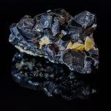 Schorl cru natural em um fundo preto fotografia de stock royalty free
