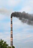 Schornstein, der die Umweltvertikale verunreinigt Stockbilder