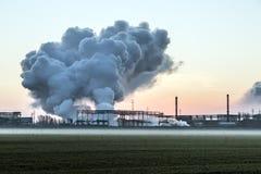 Schornstein vom Kamin der metallurgischen Anlage in Asien Lizenzfreie Stockfotografie