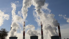 Schornsteine in brennendem Kraftwerk der Kohle stock video footage