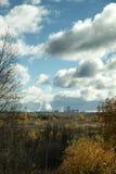 Schornsteine der Fabrik in Abstand mit bewölktem Himmel am Herbst Stockfotografie