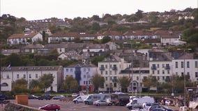 Schoss noch von einer irischen Stadt mit vielen Gebäuden stock footage