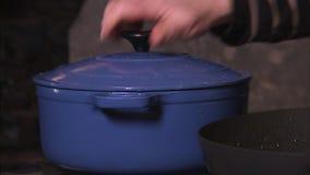Schoss noch von einer Schüssel Fleisch und Karotten stock video