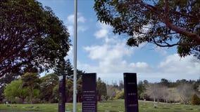 Schot die van de vlag van Nieuw Zeeland in blauwe hemel het vliegen filtert neer aan de begraafplaats van de legerveteraan stock footage