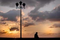 Schot en de zonsondergang van het eenzaamheidssilhouet het conceptuele royalty-vrije stock foto
