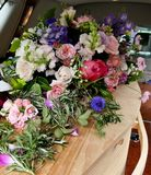 Schot van Bloem & kaars voor een begrafenis wordt gebruikt die stock afbeeldingen