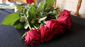Schot van Bloem & kaars voor een begrafenis wordt gebruikt die royalty-vrije stock afbeelding