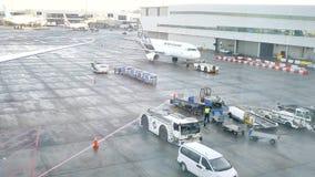 Schot van commerciële luchtvliegtuigen die klaar op te stijgen worden stock video