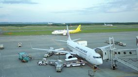 Schot van commerciële luchtvliegtuigen die klaar op te stijgen worden stock videobeelden