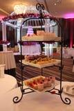 Schot van diverse cakes op een caketribune Royalty-vrije Stock Fotografie