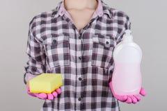 Schotel duidelijk dishwashing roze cl van het schuim vuil toevallig geruit overhemd royalty-vrije stock foto