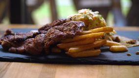 Schotel met Frieten en varkensvleesvlees stock footage