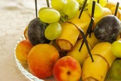 Schotel met fruit op de feestelijke lijst Stock Afbeelding