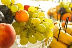 Schotel met fruit op de feestelijke lijst Royalty-vrije Stock Afbeeldingen