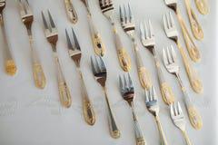 Schotel met gouden vorken layng op lijst wordt verfraaid die royalty-vrije stock afbeeldingen