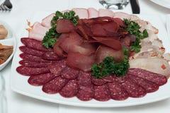 Schotel met heerlijke gesneden salami, plakken van ham, worst, rundvleestong, peterselie Vleesschotel met selectie Royalty-vrije Stock Afbeelding