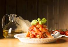 Schotel met macaroni en ingrediënten royalty-vrije stock foto