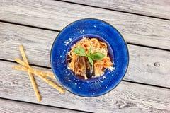 Schotel met mussles en fijn - gehakte kaas hoogste mening stock afbeeldingen