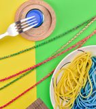 Schotel met spaghetti stock foto